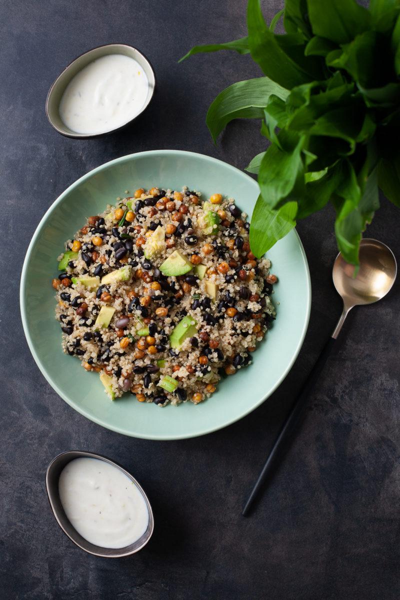 Salata od kvinoje, graha i slanutka