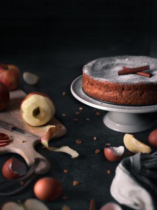 Bezglutenski kolač od jabuke i cimeta na stalku za tortu