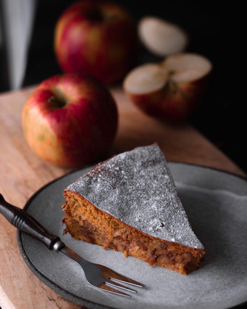 Kriška bezglutenskog kolača od jabuke i cimeta na tanjuru