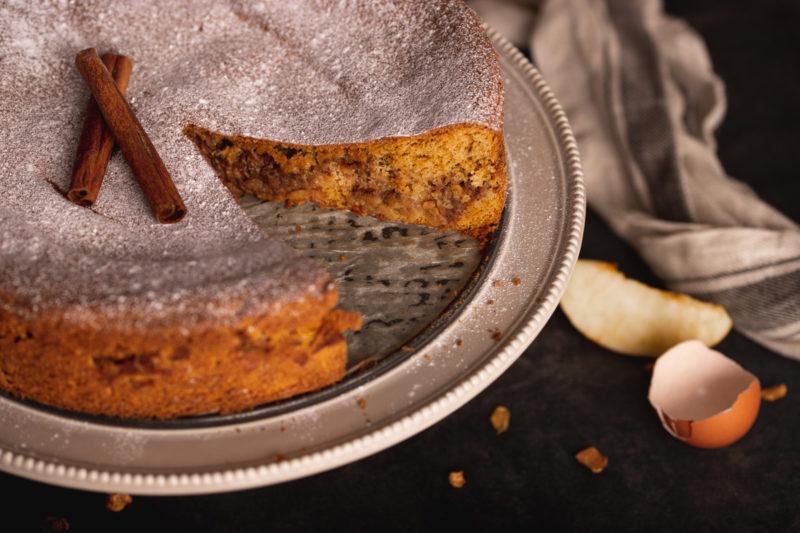 Kolač od jabuke i cimeta na stalku za tortu